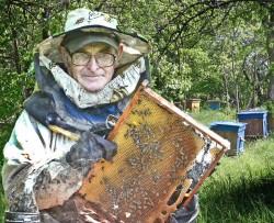 По натуре — оптимист, по образованию — математик, а по призванию — пчеловод